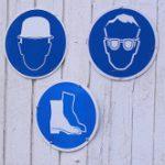 Hinweisschilder auf einer Baustelle