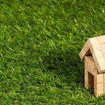 Ein kleines Holzhaus auf einer Wiese