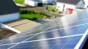 Heizsystem - Solaranlage auf einem Hausdach