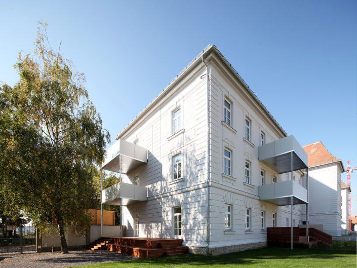 Sanierung Ehemalige Kaserne Stockerau – Balkone an der Eckfassade