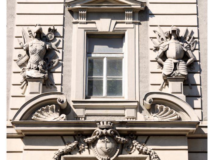 Sanierung Ehemalige Kaserne Stockerau – Fenster mit Ornamenten an der Fassade