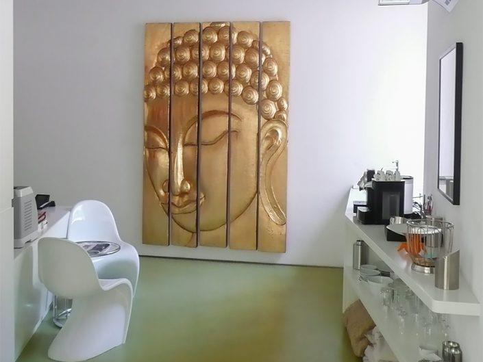 Loftbüro Dornbach – Küchenbereich mit goldenem Bild