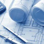 Planungsunterlagen mit Taschenrechner und Zirkel