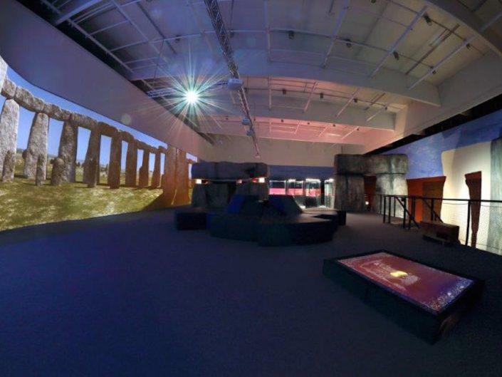 Ausstellung STONEHENGE – Ausstellungsraum mit Videoprojektion der Stonehenge-Formation