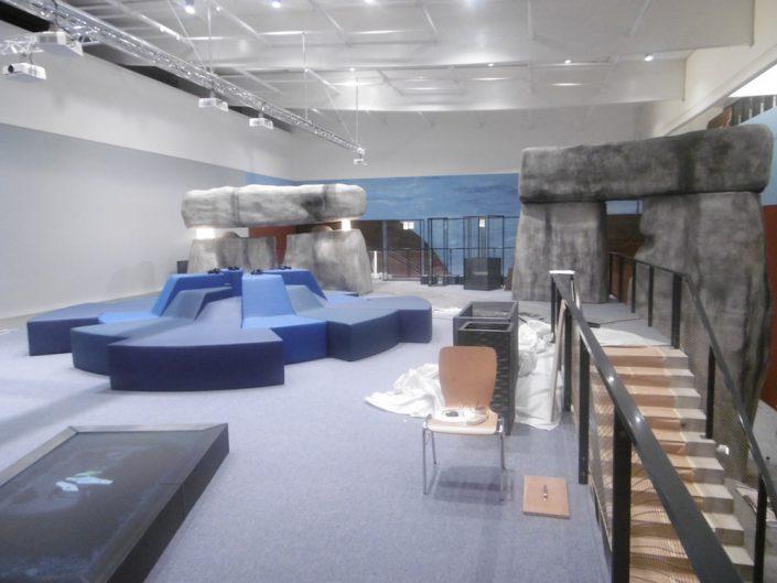 Ausstellung STONEHENGE – Aufbau von stilisierten Stonehenge-Steinen