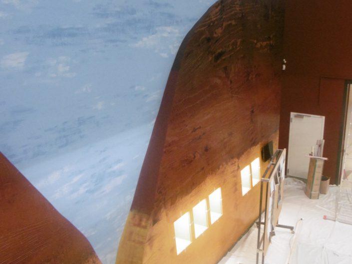 Ausstellung STONEHENGE – Aufbau einer Wand mit Schaukästen