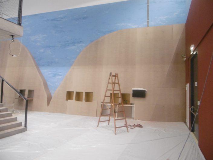 Ausstellung STONEHENGE – Ausstellungsaufbau mit Leiter und Bodenbelag