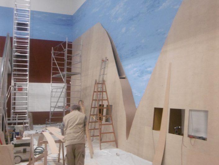 Ausstellung STONEHENGE – Ein Schreiner arbeitet an den Wandpaneelen