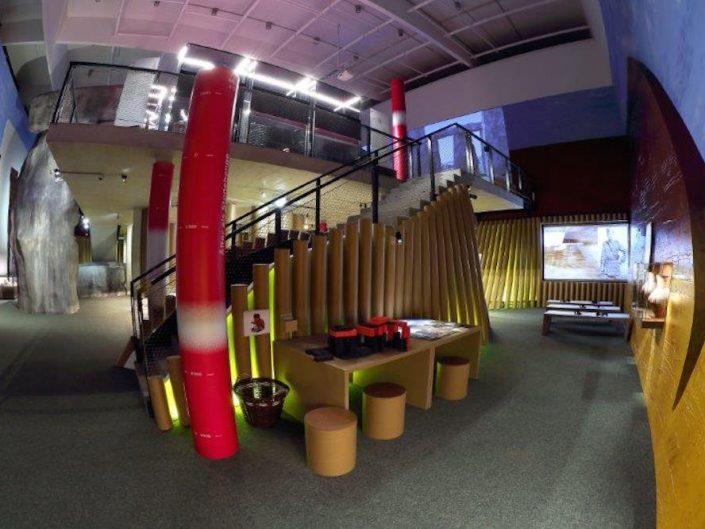 Ausstellung STONEHENGE – Blick in die zweistöckigen Ausstellungsräume