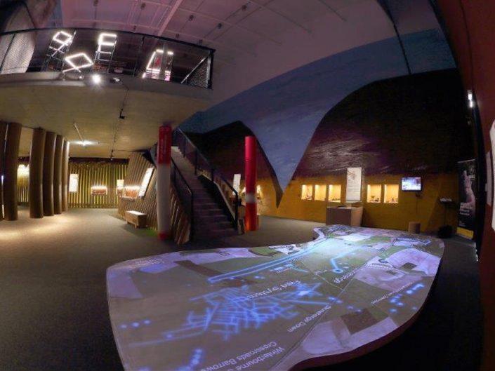 Ausstellung STONEHENGE – Ausstellungsraum mit Videoprojektion auf den Boden