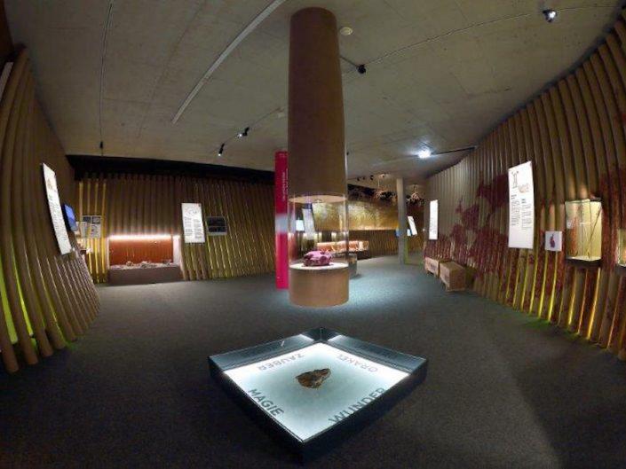 Ausstellung STONEHENGE – Ausstellungsraum mit einer Fischaugen-Linse fotografiert