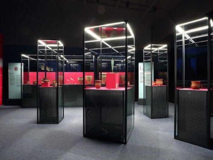 Ausstellung STONEHENGE – Vitrinen im ersten Stock der Ausstellung