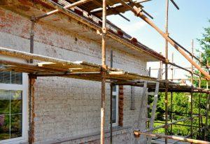 Für die Dämmung des Hauses wurde eine Baugerüst aufgebaut.