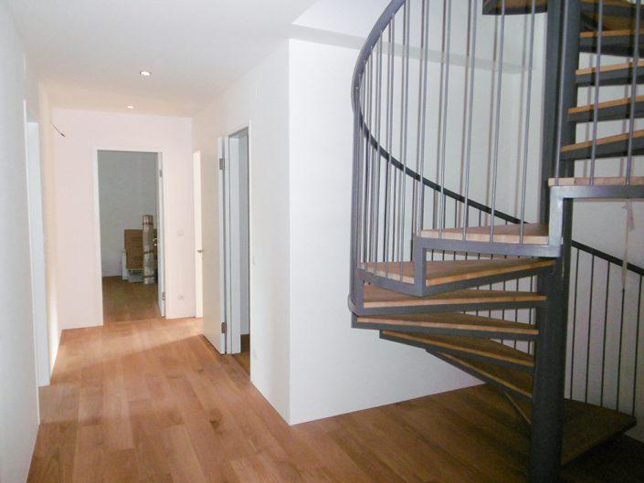 Wohnungsumbau Dornbacherstraße – Fertiger Durchgangsbereich mit Treppe