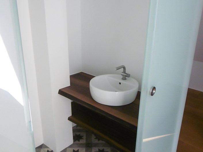 Wohnungsumbau Dornbacherstraße – Badezimmer mit Waschmuschel