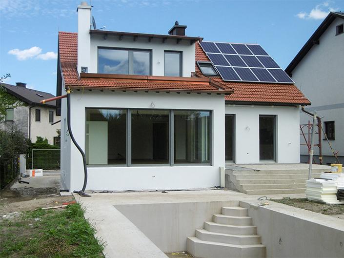 Umbau Einfamilienhaus Biedermannsdorf – Front mit Pool und Solaranlage