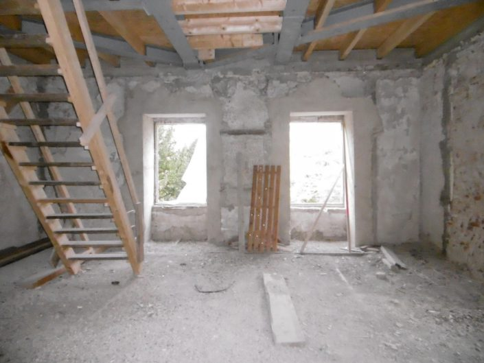 Umbau Waldorfschule Schönau – Innenausbau mit zwei Fenstern und Treppe