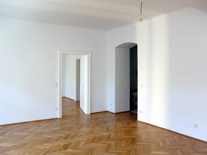 Wohnungssanierung Altbau – Leere Wohnung mit neuem Parkettboden