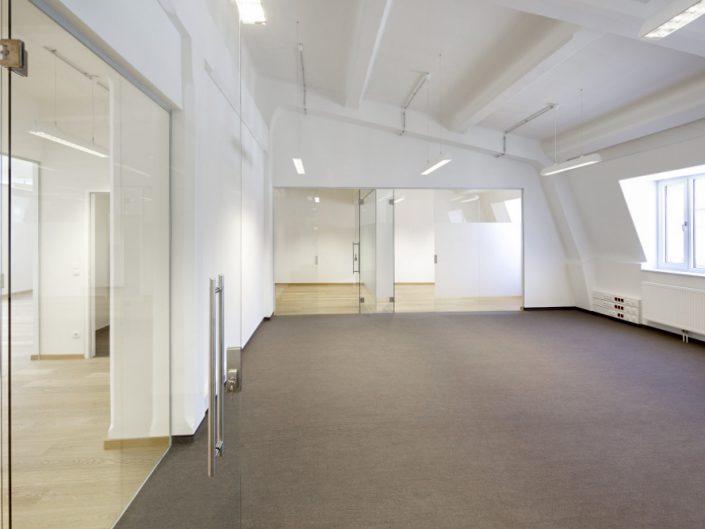 Bürohaus in der Niederhofstraße – Weitläufiger Dachausbau