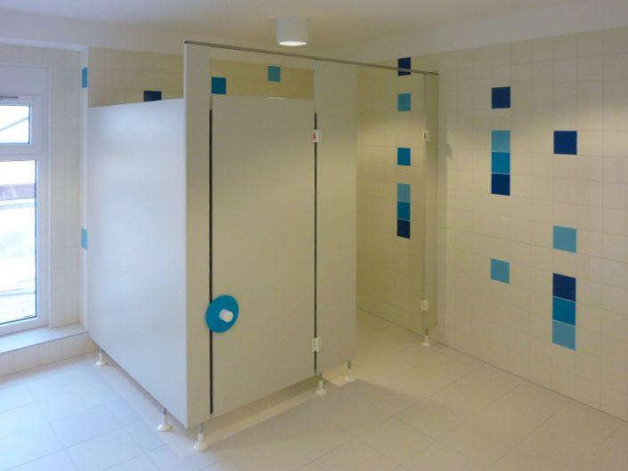 Kindergarten – Waschraum mit blauen Fließen