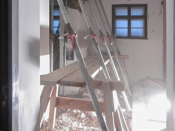 Stützende Gerüste beim Umbau des Schiele-Museums