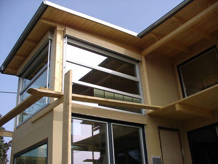 Kleingartenhaus aus Holz – Ansicht auf die Fassade mit Fenstern