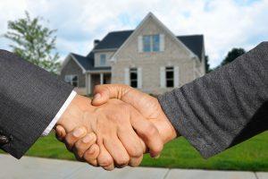 Händeschütteln vor einem Einfamilienhaus