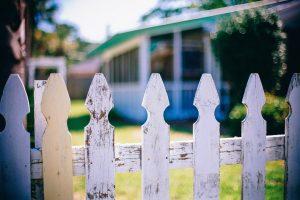 Holzzaun_Blick auf Nachbargrundstück
